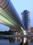 Bürohaus mit Brücke nachts stockbilder