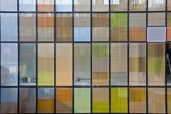 Bürohaus mit bunten Fenstern Lizenzfreie Stockfotos