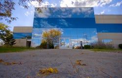 Bürohaus mit Reflexion Lizenzfreies Stockfoto