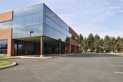 Bürohaus mit vielen Fenstern Lizenzfreie Stockfotografie