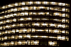Bürohaus nachts Stockbilder