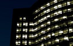 Bürohaus nachts Lizenzfreie Stockfotos
