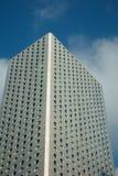 Bürohaus und blauer Himmel Stockfotos