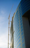 Bürohaus und hoher Kran Stockfotos