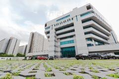 Bürohaus und Parkautos Stockfoto
