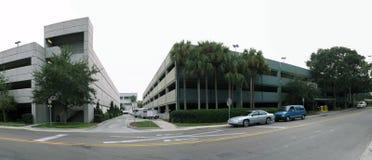 Bürohaus und Straße Stockbild