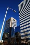 Bürohaus und Straßenlaterne Stockfotografie