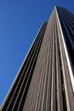 Bürohaus vor einem wolkenlosen blauen Himmel lizenzfreie stockfotografie