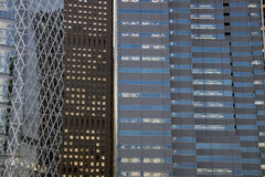 Bürohausfassaden in Shinjuku, Tokyo Stockbilder