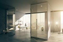 Büroinnenraum mit Glastür Stockbild