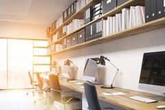 Büroinnenraum mit hellem Sonnenschein Stockbilder