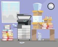 Büroinnenraum mit MultifunktionskopiererDruckerabtastung, Schreibtisch, Uhr nahe Fenster Kopienmaschine mit Stapel von Dokumenten lizenzfreie abbildung