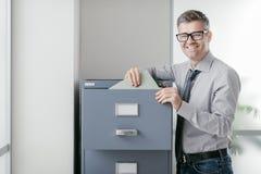 Bürokaufmann, der Dateien sucht stockfotografie