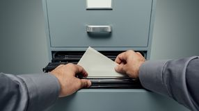 Bürokaufmann, der nach Dateien sucht stockbilder