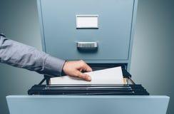 Bürokaufmann, der nach Dateien sucht stockfotos