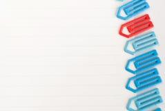 Büroklammer auf einem Weißbuch Lizenzfreies Stockbild