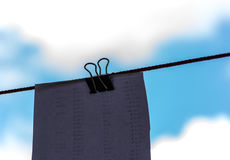 Büroklammer mit Hintergrund des blauen Himmels lizenzfreies stockfoto