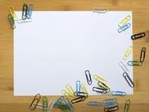Büroklammern und leeres Papier stockfotografie