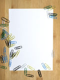 Büroklammern und leeres Papier stockfoto