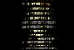 Bürokontrollturmblock nachts Stockfoto