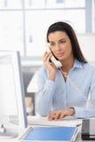 Büromädchen beim Überlandleitungaufruf lizenzfreie stockfotos