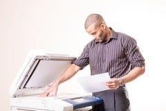 Büromann, der Kopien von den Dokumenten erstellt stockfotos
