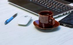 Büromaterial mit intelligentem Telefonlaptop und Kaffeetassemäusenotizblock übersteigen stockfotografie