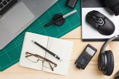 Büromaterial und -geräte auf hölzernem Schreibtisch stockfotografie