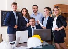 Büroporträt des Arbeitsteams lizenzfreie stockfotos