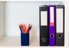 Büroregal mit Ordnern und Bleistifthalter Lizenzfreies Stockfoto