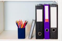 Büroregal mit Ordnern und Bleistifthalter Stockfotos