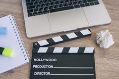 Bürosachen mit Filmscharnierventil, -laptop, -stift und -notizblock auf Stockfotos
