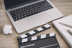 Bürosachen mit Filmscharnierventil, -laptop, -stift und -notizblock auf Stockbilder