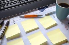 Büroschreibtisch, Freiexemplarraum auf klebrigen Anmerkungen lizenzfreies stockfoto