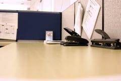 Büroschreibtisch mit Loch-Puncher und Hefter Stockfotografie