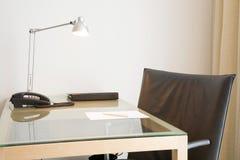 Büroschreibtisch und -stuhl Stockfotos