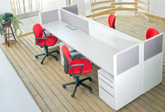 Büroschreibtische und Rotstuhlzelleset Stockbilder