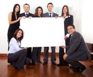 Büroteam, das eine Pappe anhält Stockfoto