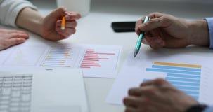 Büroteamwork - Geschäftsleute, die Finanzberichte besprechen stock video footage