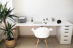 Bürotisch auf welchem Laptop, Kaffee, Tablette, Kamera und anderen Einzelteilen lizenzfreies stockbild