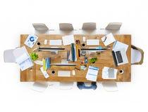 Bürotisch mit Ausrüstungen und Stühlen lizenzfreies stockfoto