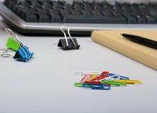 Bürotisch mit leerem Notizblock und Laptop, Versorgungen und Geräte auf Schreibtisch Beschneidungspfad eingeschlossen Lizenzfreies Stockfoto