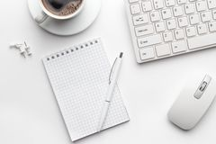 Bürotisch mit Notizblock, Computer und Kaffeetasse Lizenzfreie Stockfotografie