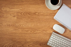 Bürotisch mit Notizblock, Computer und Kaffeetasse und Computer