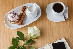 Bürotisch mit Notizblock und Kaffeetasse Lizenzfreies Stockfoto