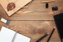 Bürotisch mit Notizblock, Weinleseumschlag und Versorgungen Lizenzfreies Stockfoto