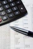 Bürotisch mit Taschenrechner, Stift und Buchhaltungsdokument Stockfotos