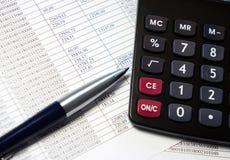 Bürotisch mit Taschenrechner, Stift und Buchhaltungsdokument Stockfoto