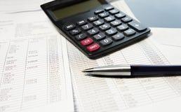 Bürotisch mit Taschenrechner, Stift und Buchhaltungsdokument Lizenzfreies Stockfoto