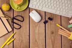 Bürotischhintergrund mit Kaffeetasse, Bleistiften und Computertastatur Geschäftsarbeitsplatz- oder -arbeitsplatzkonzept Stockbild
